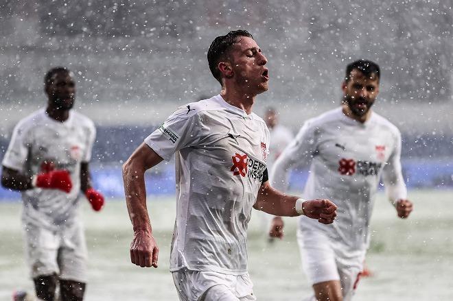 """「ウォーリーを探せやん」「究極の戦略だ」雪で選手が消えた!トルコ・リーグでの""""カオス""""な一枚が話題沸騰"""