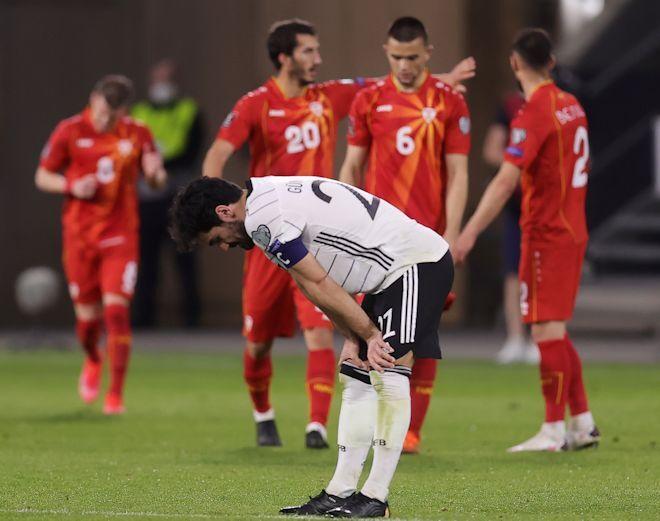 """「なんて惨事だ」「レーブは出て行け!」ドイツ代表、北マケドニアに衝撃黒星で批判殺到!""""学生のよう""""とミスを酷評されたのは…"""