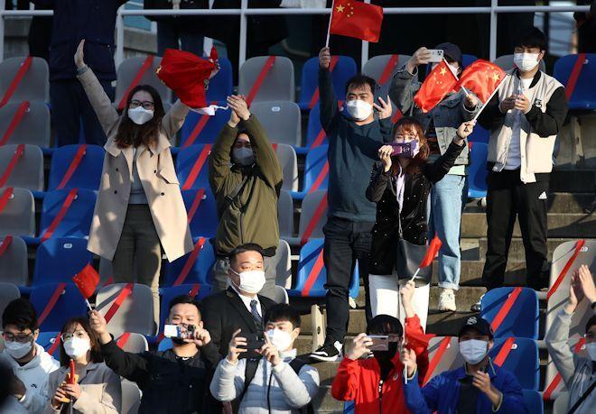 """「我々はコロナを抑え込んだのだ」韓国側の""""マナー違反""""の指摘に中国メディアが怒りの反論!「そっちのコーチもマスクを外していた」"""