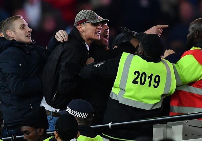 ウェストハムとチェルシーサポーターが衝突! スタジアムには悪夢のような惨劇が…。
