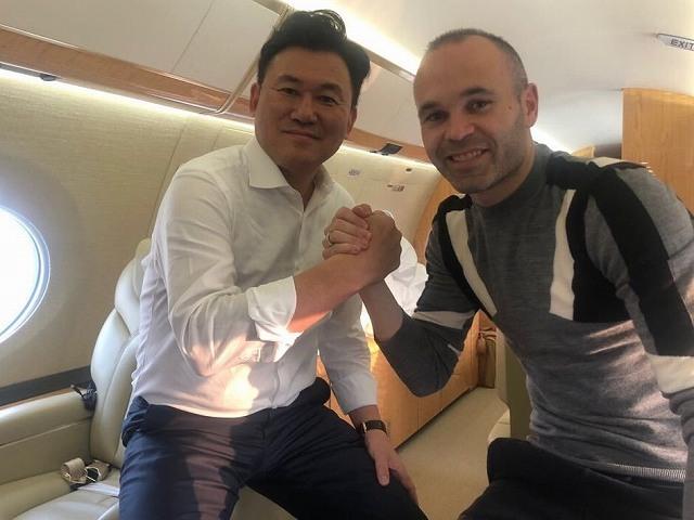 「新しいホームへ」「新しい友人を連れて東京へ」 イニエスタ&三木谷オーナーが日本へ向けて出発!