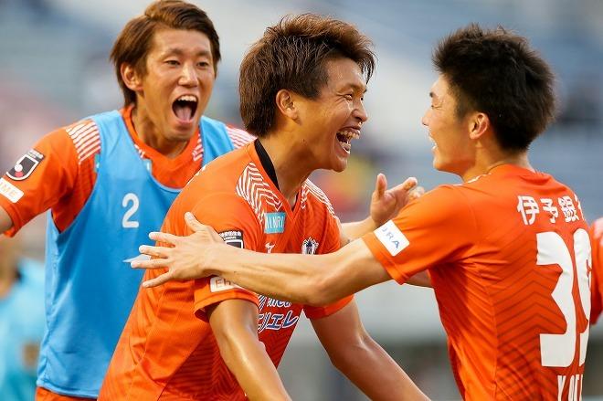 愛媛FCが14年目でホーム100勝目を達成!観客数最下位からの脱却に向け、クラブ一丸で仕掛けたメモリアルマッチの舞台裏