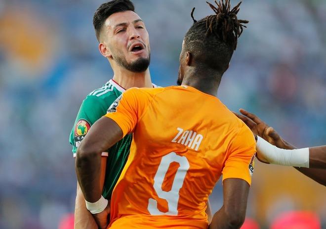 """「VARはどこに?」「ダイブより酷い」アルジェリア代表DFが相手選手の腕を顔に押し当て""""パンチ""""を偽装!"""