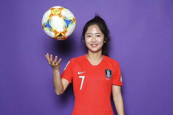 """「シンデレラだ!」「魂が抜けそう」韓国女子代表のイ・ミナが""""魔法の城""""をバックに久々の私服姿を披露!"""