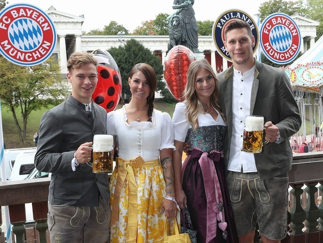 「ビールを飲んでいる場合か」美女パートナーたちも同伴したバイエルンのオクトバーフェスト参加に批判の声!