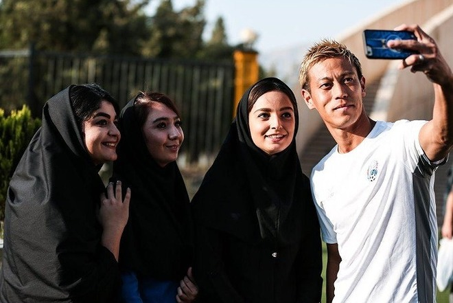 """ついにイラン女性のスタジアム観戦が解禁! 大敗を喫した""""敵将""""本田圭佑は試合前の彼女たちに神対応!"""