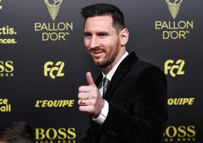 「まだサッカーを楽しみたい」メッシが史上最多6度目のバロンドール受賞! 一部で不満の声が噴出する物議を醸す結果に