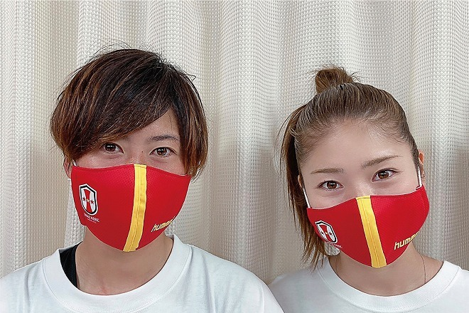 INAC神戸の高瀬愛美、仲田歩夢が「応援グッズにも使って!」ヒュンメルが11団体のチーム色マスクを提供!